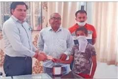 people united to fight corona virus children started offering their piggy bank
