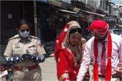 newly wed couple was welcomed by the police by clapping