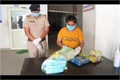 girl reached the police station with her piggy bank to help the needy