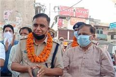 traders welcomed corona warriors with flower garlands