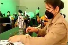 aligarh female policemen preparing masks for rescue from corona
