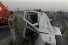 etawah truck collided with pickup van of vegetable vendors 6 dead