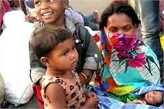 woman on foot gives birth to child no government help