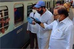 mp reached ravikisan borivali station in mumbai workers leave