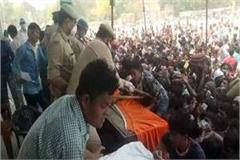 social distancing in front of authorities in ghaziabad crowd gathered
