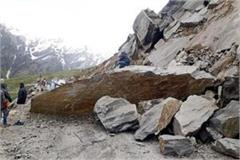rock fell down on manali leh road