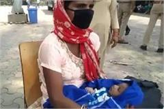 the inspector helped the couple taking the newborn on foot