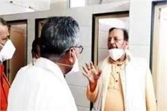 seeing the mess of toilet in meerut medical college minister suresh khanna