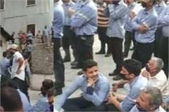 employees pelted stones at police without taking the dead body