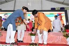 scindia wore slippers to minister pradyuman singh tomar on stage