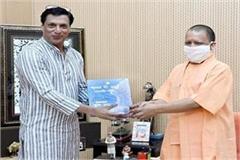 bollywood s famous filmmaker madhur bhandarkar meets cm yogi