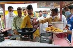 congressmen celebrate modi s birthday by frying pakoda
