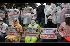 aap protests against rising crime against women in up submitted memorandum