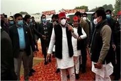 akhilesh flagged off the tractor rally protested against police of protesters