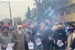 farmers celebrated lohri in machhiwara by burning copies of black laws