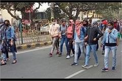 female college students jammed road demand to cancel exam