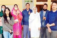 minister virender kanwar cast vote with family