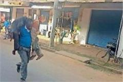 ex servicemen walking on foot carrying body in balrampur