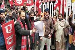 aituc burns copies of new labor laws in solan