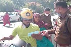 police made people aware about corona infection traffic rules