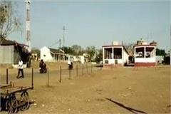 locals imposed lockdown in mp village ban on commuters