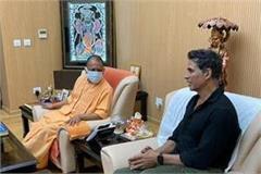 akshay kumar meets cm yogi arrives in ayodhya for