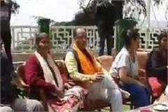 cm jairam thakur celebrates holi with family family seen in nati
