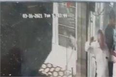 jewelers crowded with customers the entire incident was caught in cctv