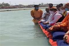 akhilesh apologized to swami mukteshwaranand for lathicharge on saints