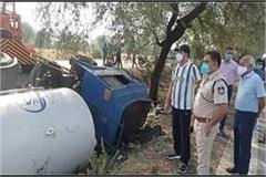 oxygen filled truck going from delhi to bhopal overturned