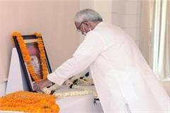 nitish paid tribute to mahatma jyotiba phule on jayanti