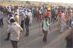 farmers took to the streets to protest against lathicharge  highway jam