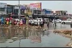 chemical rich water comes from rajasthan people jammed road
