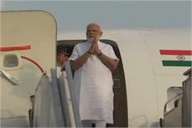 pm modi arrives in gujarat blesses mother hiraben