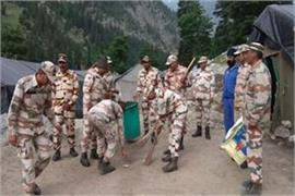 itbp jawans are clearing garbage on amarnath yatra route