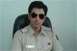 si of delhi police arrested used to molest women by showing private part