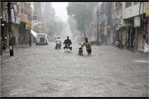 activa closed in heavy rain took the excuse of helping the youth