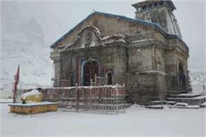 heavy snowfall in kedarnath shrine