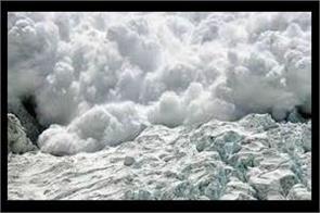 three killed in snowavlanche in kashmir