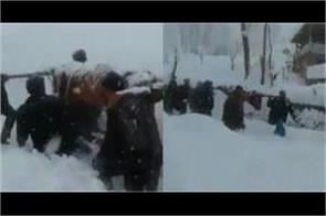 army help pregnant woman to reach hospital in kashmir