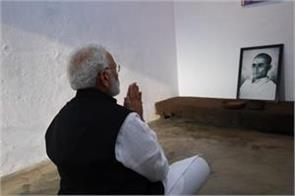 when modi sat down in front of veer savarkar s photo