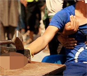 isis chop hands of two thieves in syrian town square