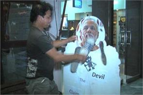 restaurant owner offers free cold drink for hitting modi photo with shoe