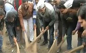 on the streets in delhi ministers and legislatorstruck off for cleanings