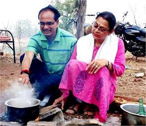 cm shivraj in hanuvntia making tea with wife