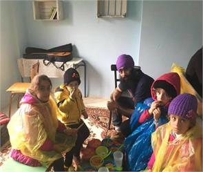 sikh youth helping people
