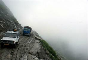 manali rohtang road vehicle gramfu danger point