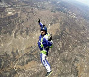 without parachute daredevil jump out of an airplane at 25000 feet