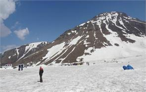 rohtang pass snow tourist