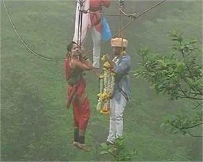 Maharashtra Couple marries 90 meters above ground